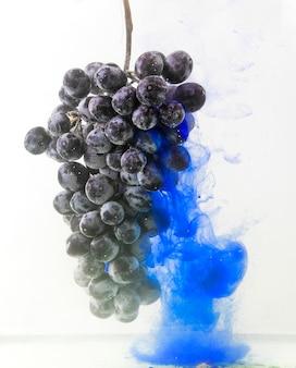 Uva colorata nell'acqua