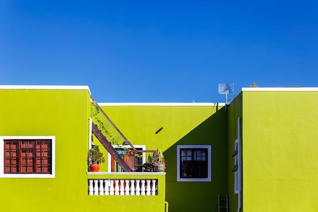 Facciata verde variopinta di vecchia casa nell'area di bo kaap, cape town