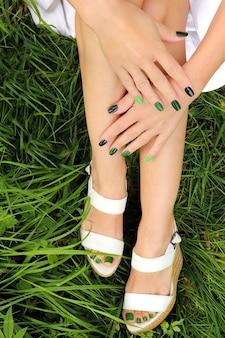 Manicure e pedicure colorate verdi per le unghie corte delle donne