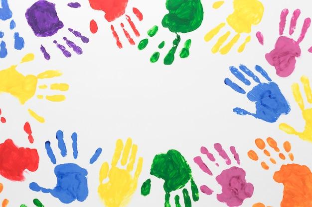 Mani colorate su sfondo bianco con copia spazio