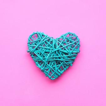 Forma di cuore colorato fai da te sul rosa