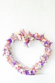 Composizione floreale colorata a forma di cuore