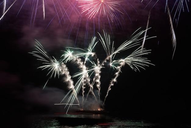 Fuochi d'artificio colorati vacanza sul cielo nero