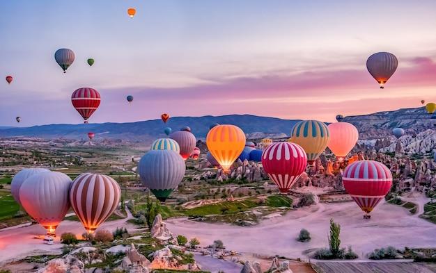 Mongolfiere colorate prima del lancio nel parco nazionale di goreme, cappadocia, turchia,