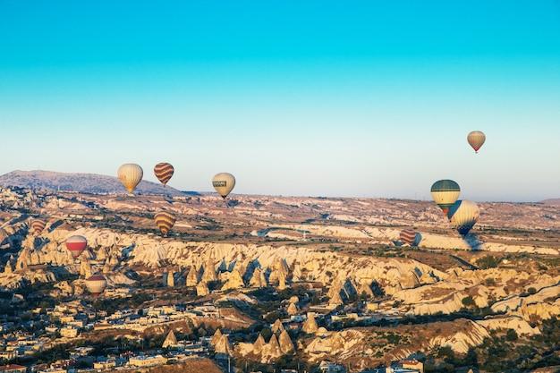 Mongolfiere colorate che sorvolano la cappadocia