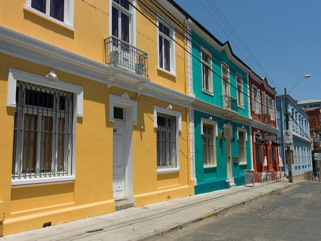 Case colorate lungo una strada, valparaiso, cile
