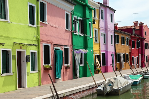 Case colorate dell'isola di brano