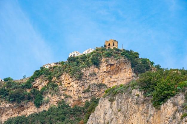 Case colorate sulle pendici della costiera amalfitana, viaggio in italia