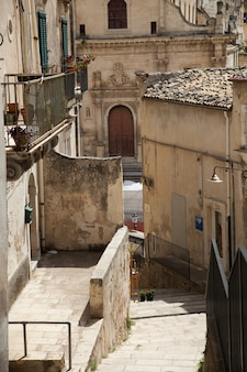 Case colorate e strade nel vecchio borgo medievale di ragusa in sicilia, italia