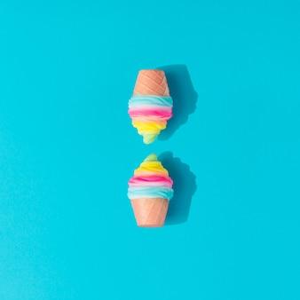 Layout di gelato colorato su sfondo blu pastello. laici piatta estiva minima creativa.