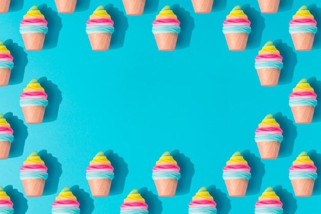 Modello di gelato colorato su sfondo blu pastello. laici piatta estiva minima creativa.