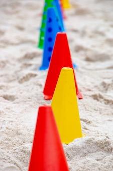 Icone colorate utilizzate per praticare esercizi funzionali in spiaggia, una modalità molto popolare a rio de janeiro.