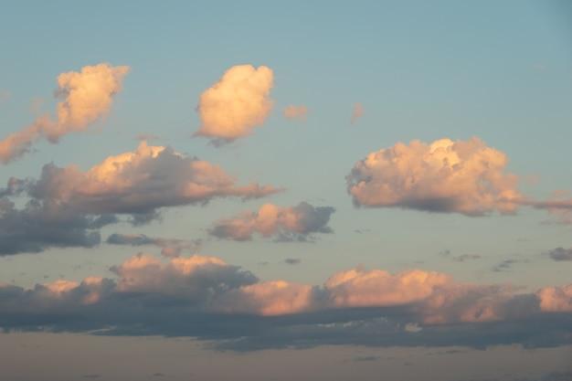 Un'immagine colorata di un cielo drammatico con incredibili nuvole di rosa, viola, giallo, bianco, oro contro il cielo scuro della sera dopo il tramonto. lo sfondo celeste perfetto per le tue foto