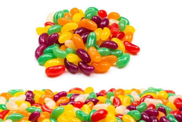 Fagioli di gelatina colorati isolati su bianco.