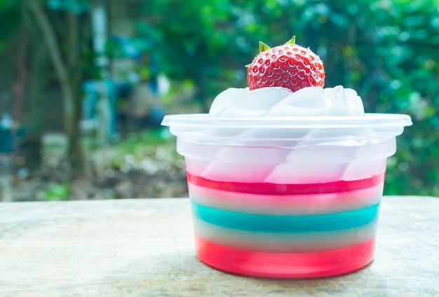 Gelatina colorata con fragole fresche