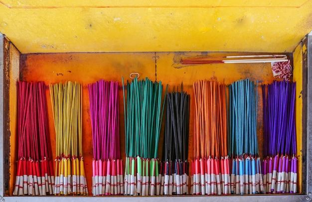 Bastoncini di incenso colorati o bastoncini di incenso