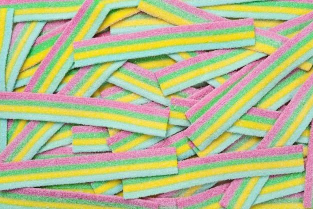 Parete di caramelle gommose succose colorate. vista dall'alto. caramelle di gelatina.
