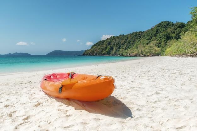 Kajak variopinti sulla spiaggia tropicale a phuket, tailandia. estate, vacanze e concetto di viaggio.