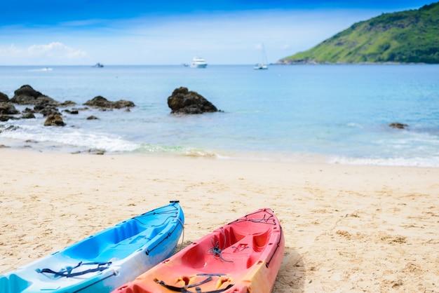 Kajak variopinti sulla spiaggia tropicale, spiaggia di yanui