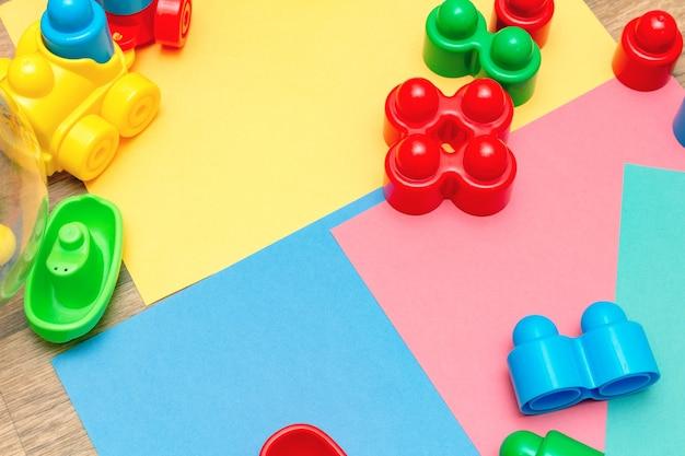 Giocattoli educativi per bambini colorati sullo sfondo luminoso