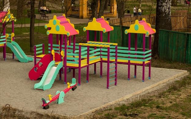 Colorato parco giochi per bambini area giochi