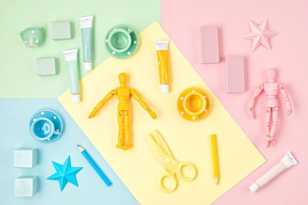 Bambini colorati zero rifiuti giocattoli sulla parete luminosa. sviluppo neutrale rispetto al genere dei bambini e giochi educativi, attività familiari a casa. appartamento laico, vista dall'alto, copia spazio