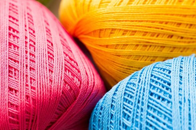 Trama di filo colorato per maglieria, sfondo di lavoro manuale