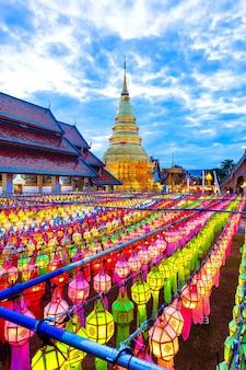 Lampada colorata festival e lanterna in loi krathong al wat phra that hariphunchai, provincia di lamphun, thailandia
