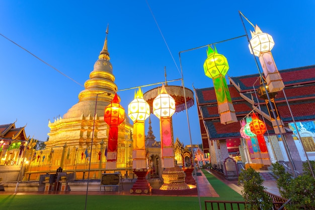 Festival della lampada colorata e lanterna a loi krathong al wat phra that hariphunchai