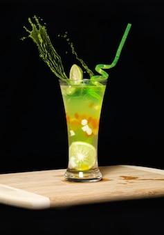 Succo di limone colorato