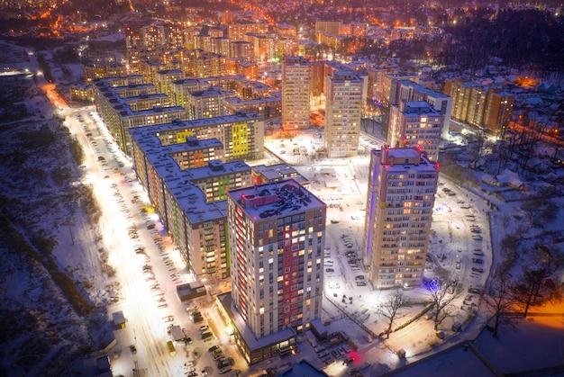 Luci colorate illuminano le strade e gli edifici