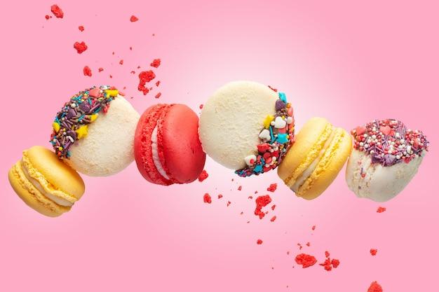 Biscotti macarons colorati in movimento