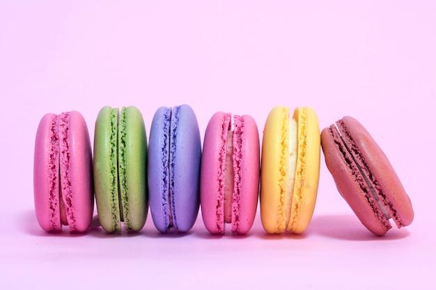 Macarons colorati su uno sfondo rosa