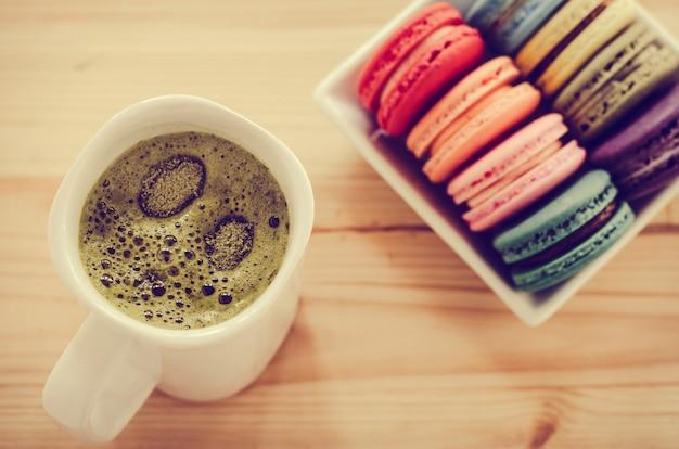 Maccheroni variopinti e tè verde sulla tavola di legno
