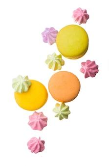 Amaretti colorati isolati su sfondo bianco closeup