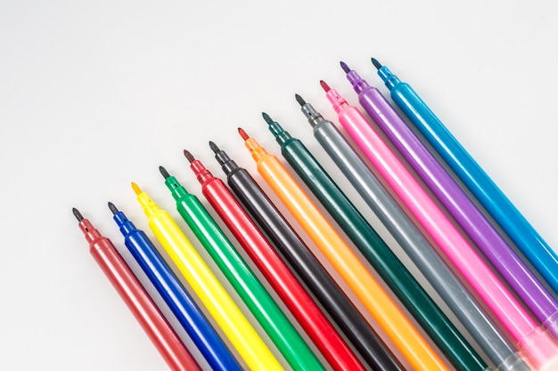 Pennarello colorato impostato su sfondo isolato con tracciato di ritaglio. evidenziatore vivido e spazio vuoto per il tuo design o montaggio.