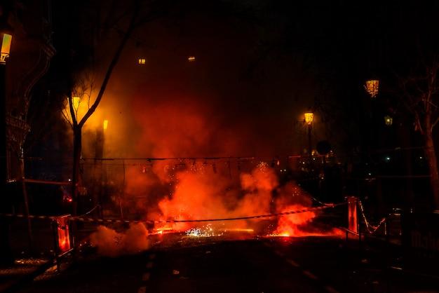 Mascleta colorato pieno di petardi e fuochi d'artificio con un sacco di fumo e scintille.