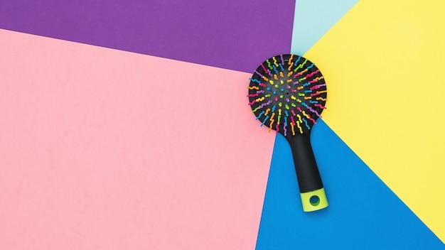 Pennello da massaggio colorato su colorato. la vista dall'alto. lay piatto. dispositivi per creare una nuova immagine.