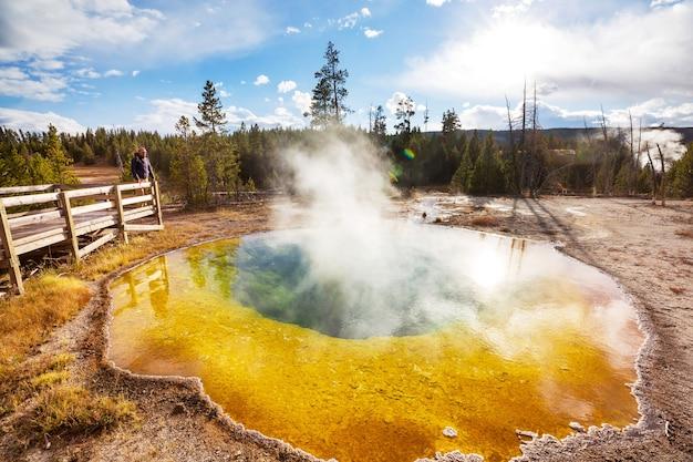 Colorato morning glory pool - famosa primavera calda nel parco nazionale di yellowstone, wyoming negli stati uniti