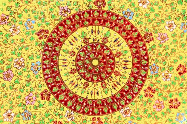 Pavimenti o pareti in mosaico colorato.