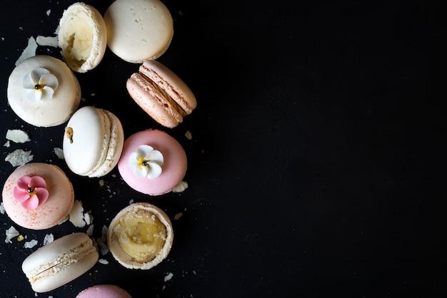 Torta di macarons naturali colorati