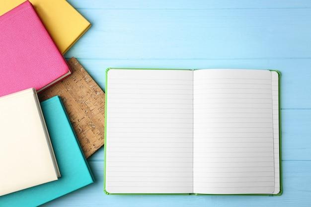 Quaderni colorati su legno Foto Premium