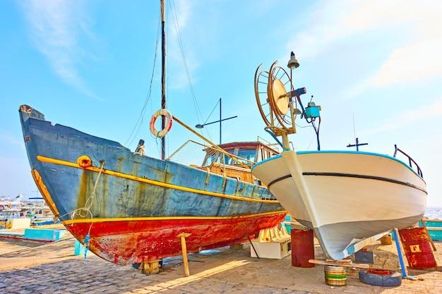 Vecchie barche da pesca colorate sul parcheggio per barche a secco