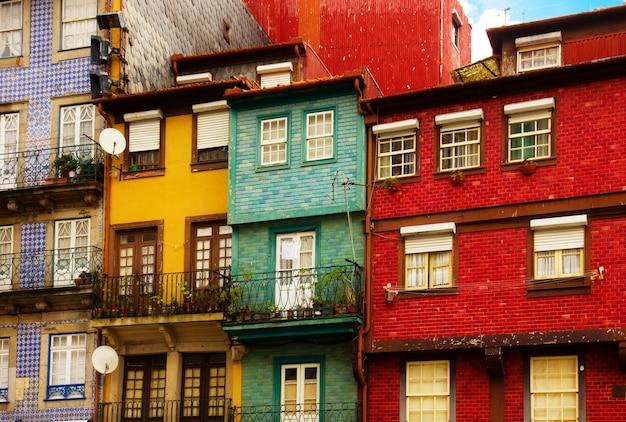 Facciata colorata di vecchie case nella città vecchia, terrapieno di ribeira, porto, portogallo, retrò tonica