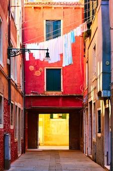 Colorato vecchio cortile veneziano con asciugatura biancheria fuori, venezia, italy