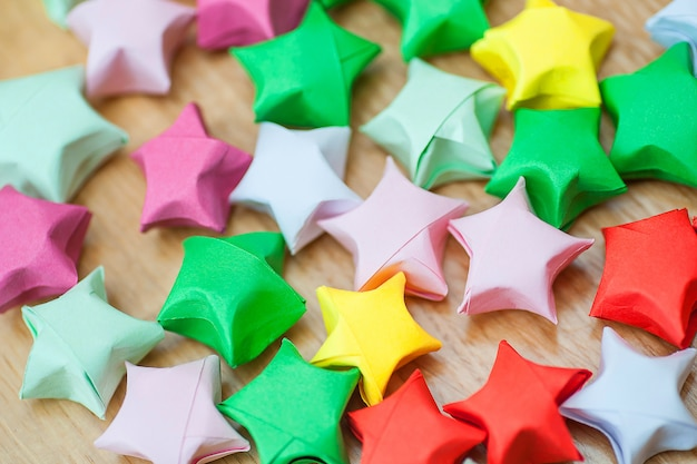 Stelle fortunate origami colorati. avvicinamento