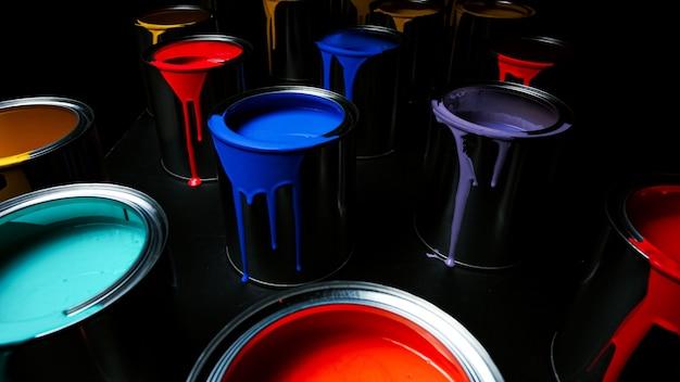 Vernice colorata di un secchio di metallo. vista dall'alto