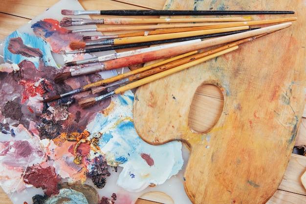 Tavolozza di vernice colorata con pennelli
