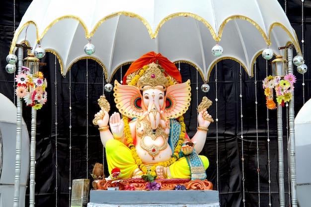 Statua dipinta a mano colorata dell'idolo del signore dio indù indiano ganeshaganpati