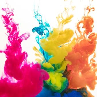 Pitture colorate che si diffondono nell'acqua